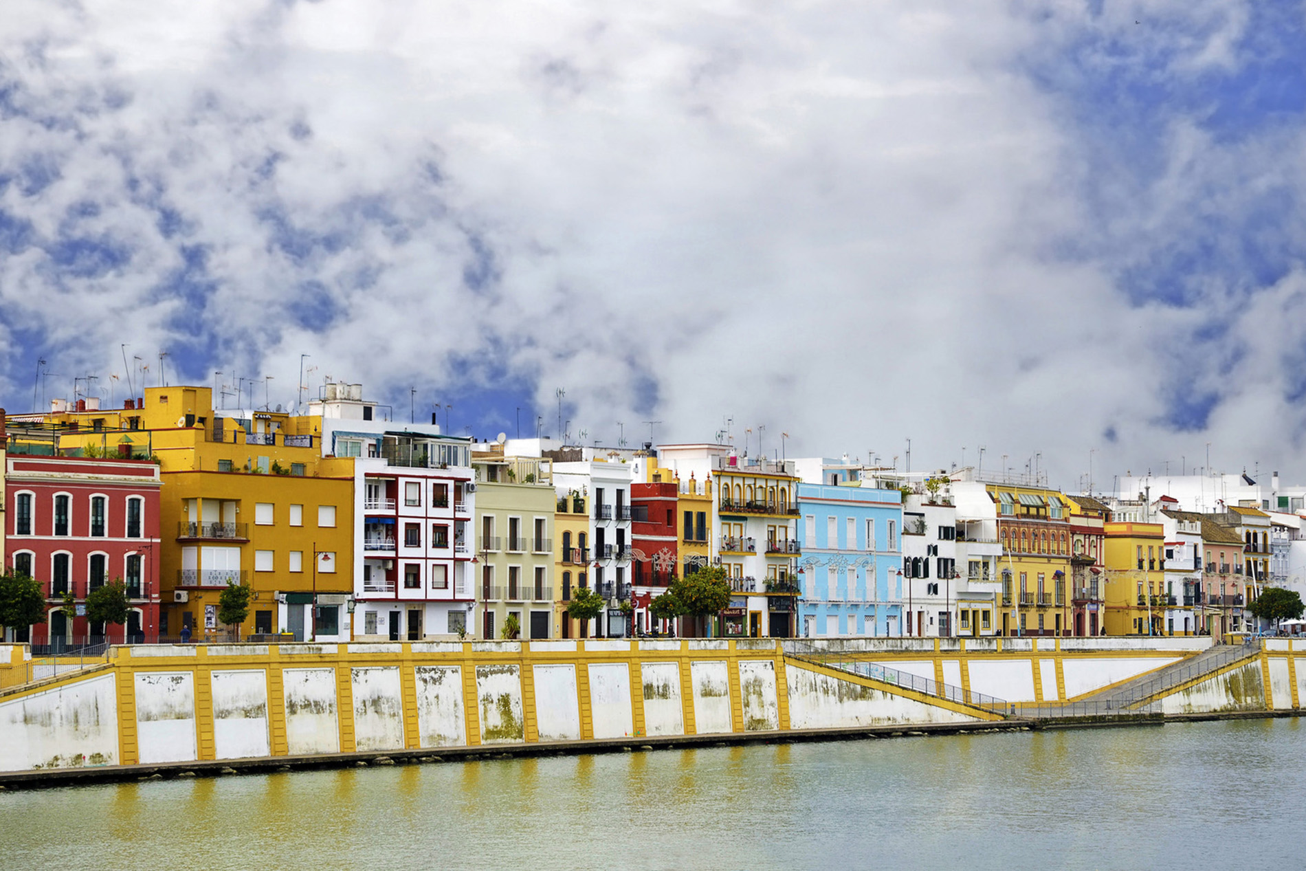La famosa calle Betis en el barrio de Triana, junto al río Guadalquivir
