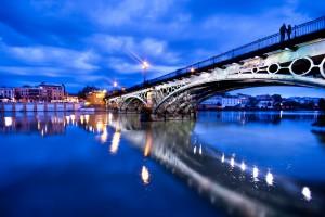 Vista panorámica del río Guadalquivir bajo el puente de Triana